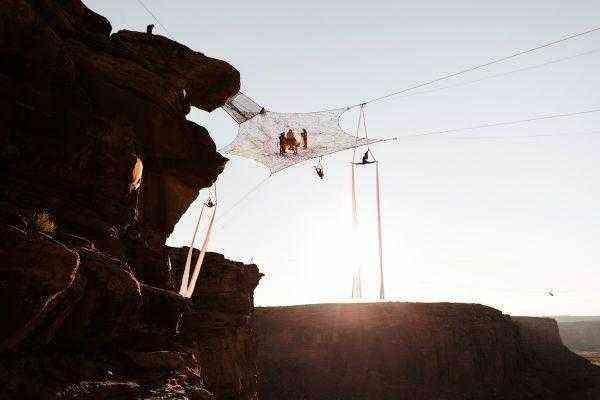 Молодожены сыграли свадьбу на канатах над каньоном